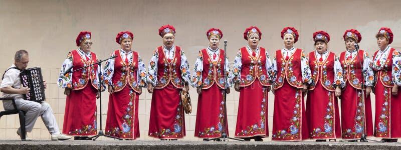 Chór kobieta weterani wykonuje przy świętowaniem pierwszy rocznica wyzwolenie miasto od prorosyjskiego zdjęcie royalty free
