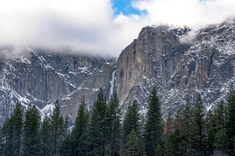 Chłodna scena siklawa w Yosemite obraz royalty free