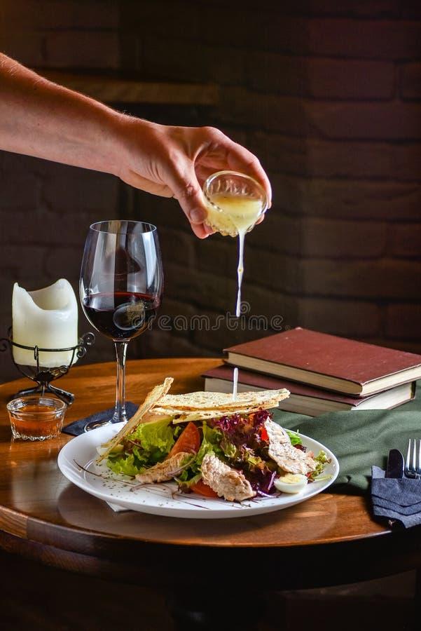 Chłodni jedzenie przygotowywa w proces jarskiej sałatce szef kuchni ręką w domowej kuchni Ciemnego czerni tło obraz royalty free