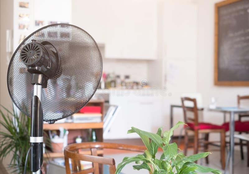 Chłodniczy fan odświeża domowego pokój dla lata obrazy stock