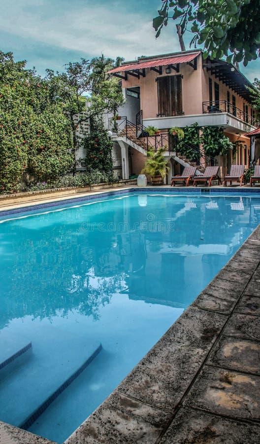 Chłodno błękitny basen przy Hostellerie Du Roi Christophe w nakrętce Haitien, Haiti fotografia royalty free
