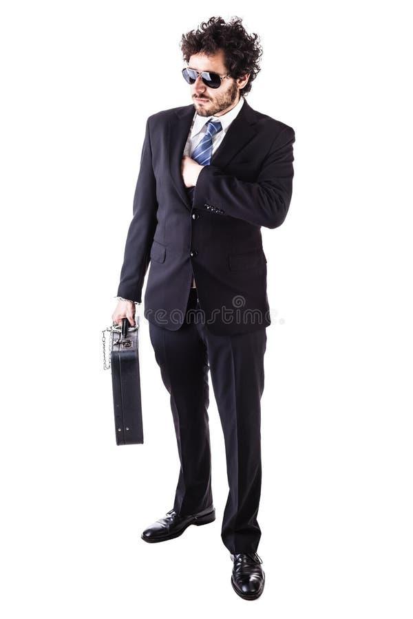 Chłodno biznesmen z przykuwającą rzemienną walizką obraz royalty free