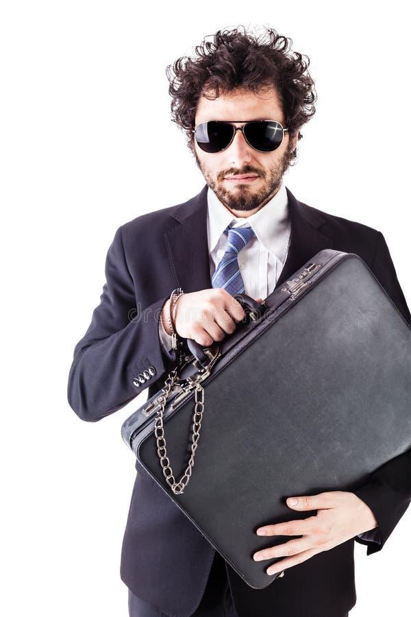 Chłodno biznesmen z przykuwającą walizką fotografia royalty free