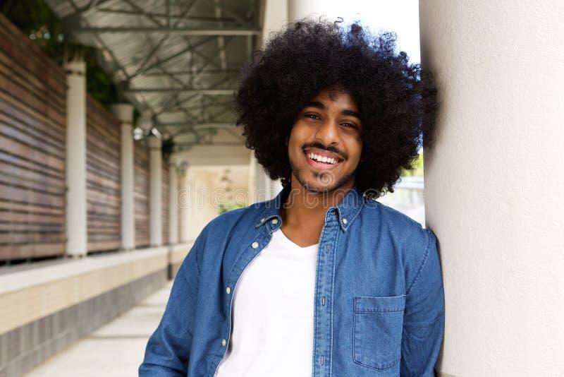 Chłodno czarny facet z afro ono uśmiecha się obrazy royalty free