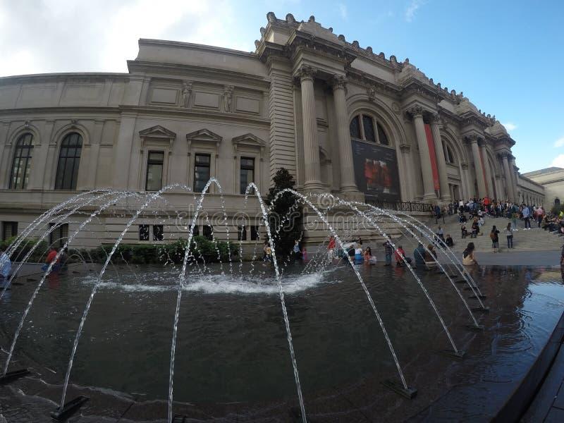 Chłodno fontanna przed buduje NYC zdjęcia royalty free
