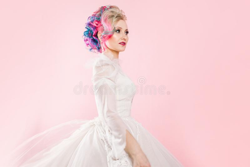 Chłodno młoda kobieta z barwionym włosy Elegancka fryzura, nieformalny styl obrazy royalty free