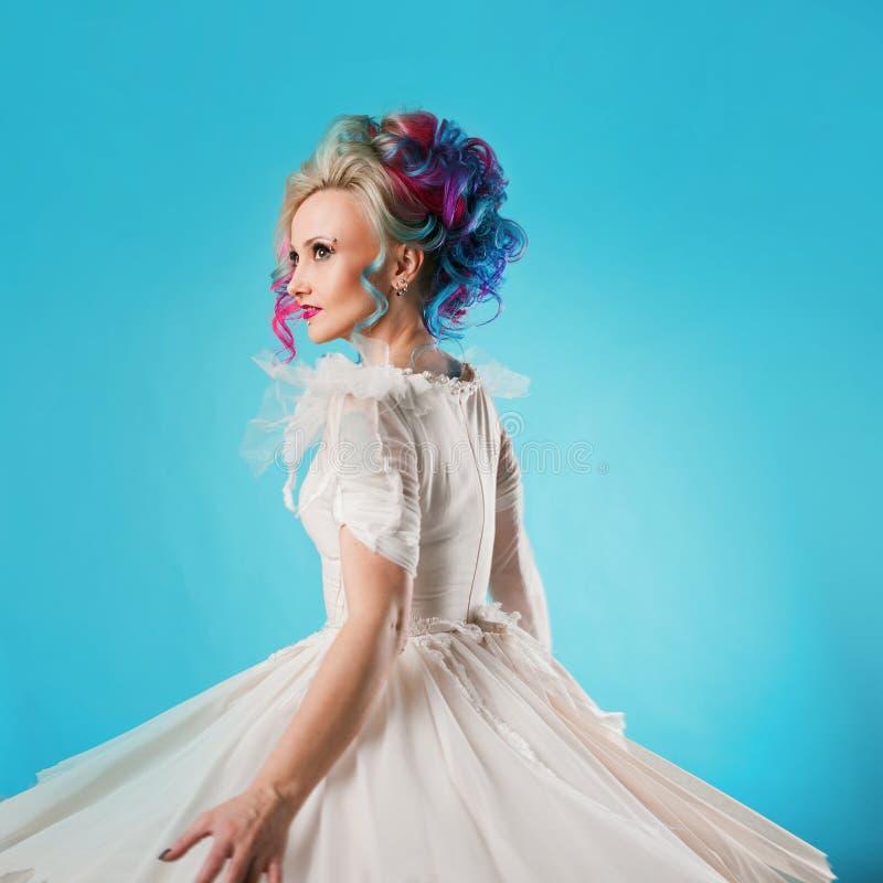 Chłodno młoda kobieta z barwionym włosy Elegancka fryzura, nieformalny styl zdjęcia stock