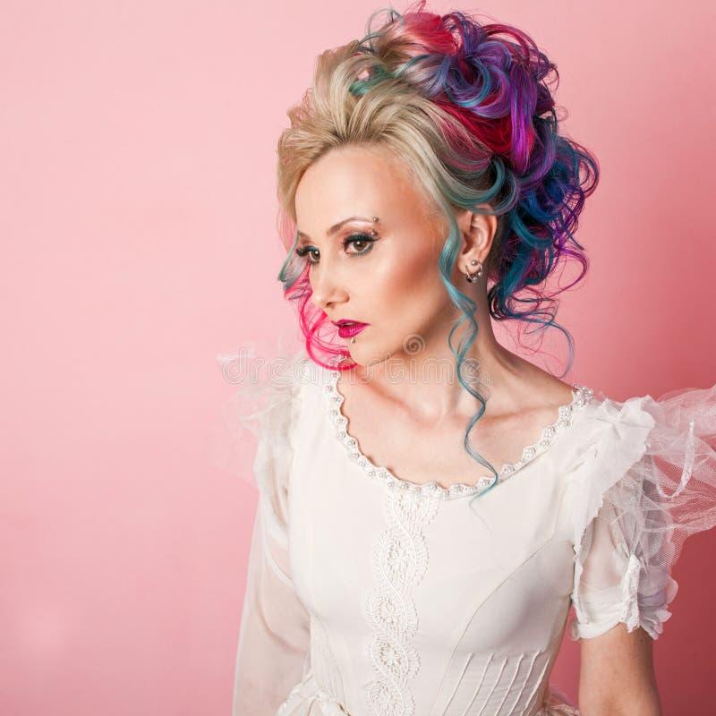 Chłodno młoda kobieta z barwionym włosy Elegancka fryzura, nieformalny styl obraz royalty free