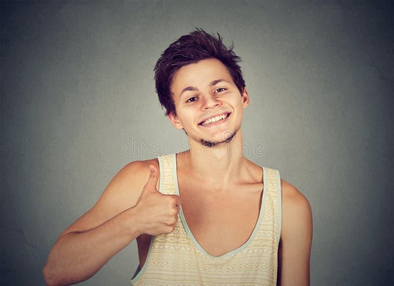 Chłodno młody człowiek pokazuje kciuk w górę zdjęcia royalty free
