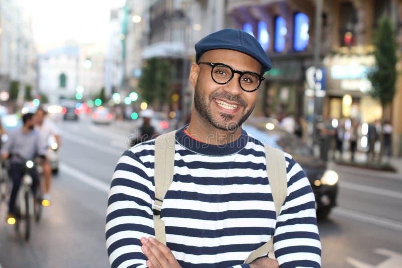 Chłodno miastowy mężczyzna ono uśmiecha się outdoors fotografia stock