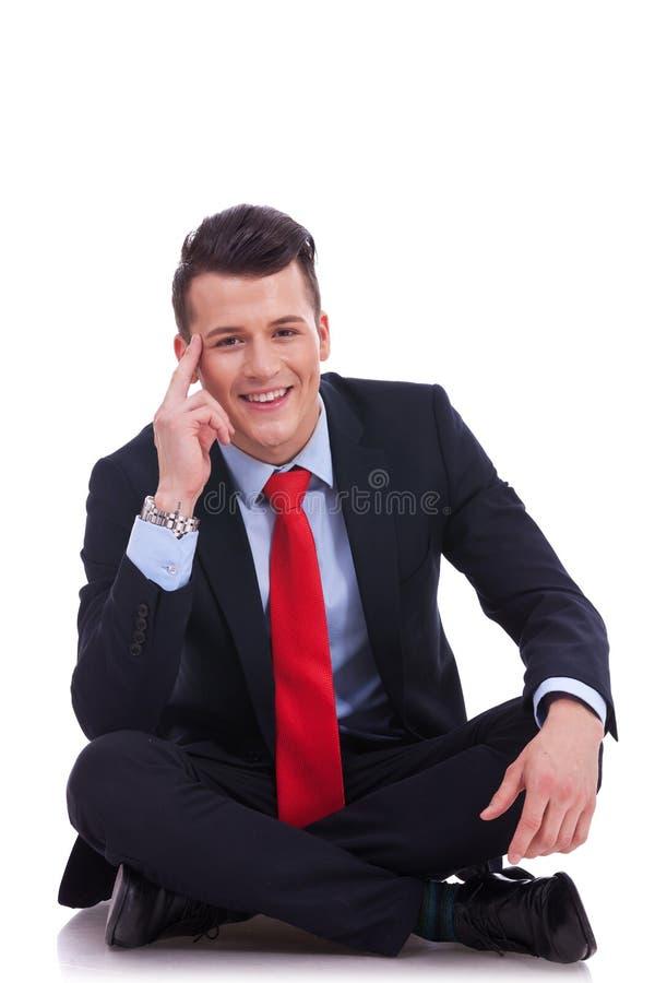 Chłodno mody biznesowego mężczyzna obsiadanie fotografia royalty free