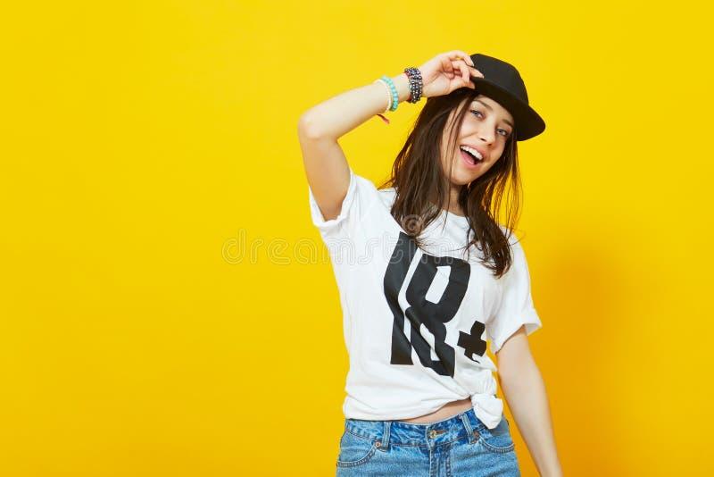 Chłodno nastoletnia dziewczyna w hip hop stroju zdjęcie royalty free