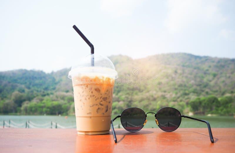 Chłodno okulary przeciwsłoneczni i kawa umieszczamy na stole zdjęcie stock