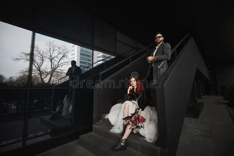 Chłodno para pozuje na schodkach zbliża czarnego tło obrazy royalty free