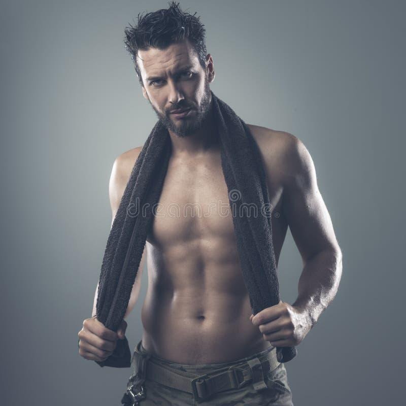 Download Chłodno Sportowy Mężczyzna Pozuje Z Ręcznikiem Obraz Stock - Obraz złożonej z samiec, mężczyzna: 53786103