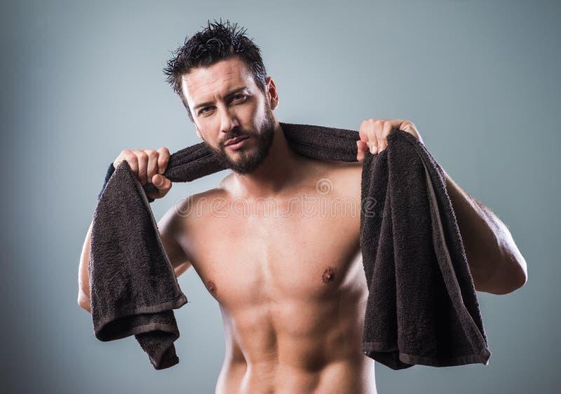 Download Chłodno Sportowy Mężczyzna Pozuje Z Ręcznikiem Zdjęcie Stock - Obraz złożonej z kultura, macho: 53787540