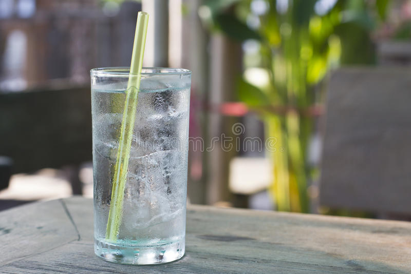 Chłodno woda szkło obraz stock