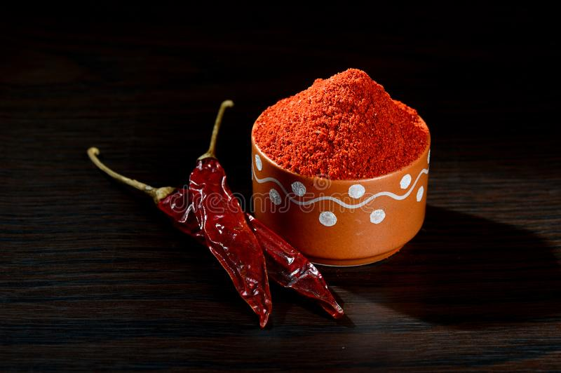 chłodny proszek w glinianym garnku z czerwony chłodnym zdjęcia royalty free