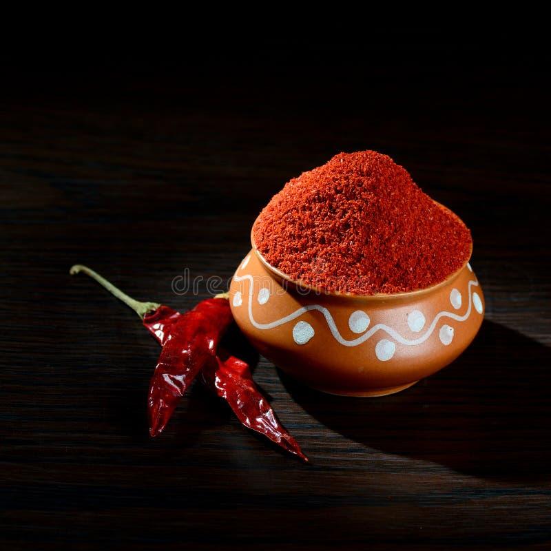 chłodny proszek w glinianym garnku z czerwony chłodnym fotografia stock