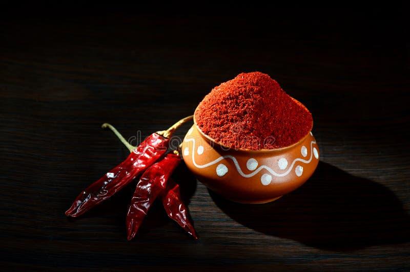 chłodny proszek w glinianym garnku z czerwony chłodnym obrazy stock