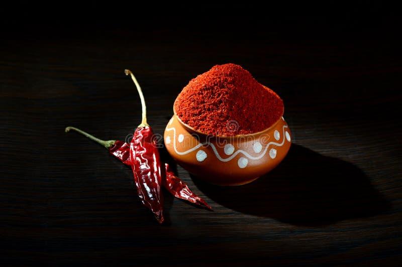 chłodny proszek w glinianym garnku z czerwony chłodnym obraz royalty free