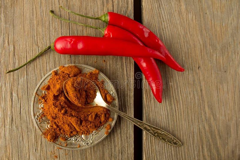 Chłodny proszek z metal łyżką i chili pieprzem zdjęcia stock