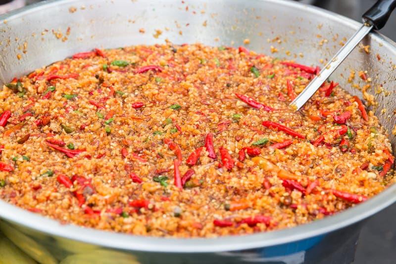Chłodny wok lub pilaf naczynie przy ulicznym rynkiem zdjęcie stock