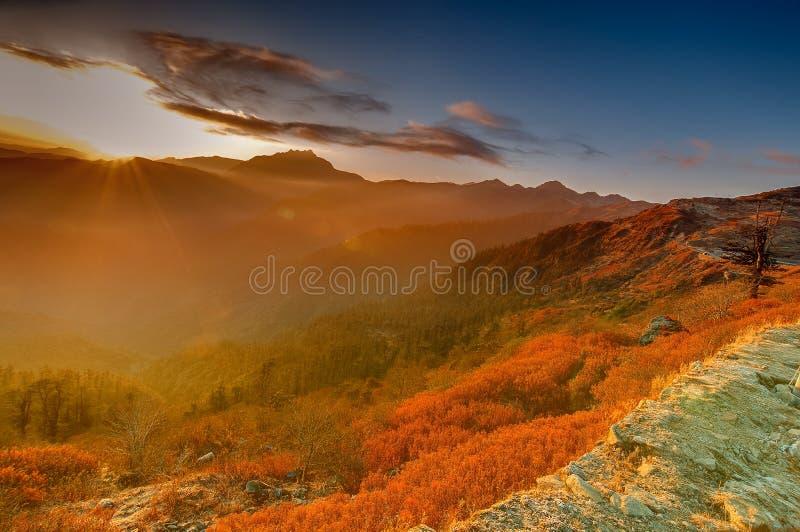 Chłodny zima wschód słońca przy Lunhgthang, Sikkim, Zachodni Bengalia, India obraz stock