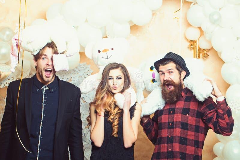Chłopacy i dziewczyna z miś zabawkami Zmysłowi kobiety i mężczyzn kochankowie Partyjny lub wakacyjny świętowanie Szczęśliwy obraz royalty free