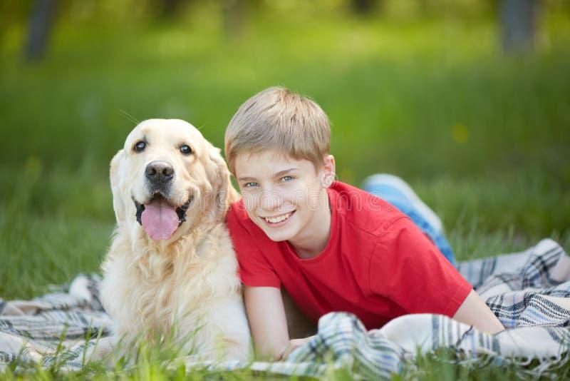 Chłopaczyna i labrador zdjęcie stock