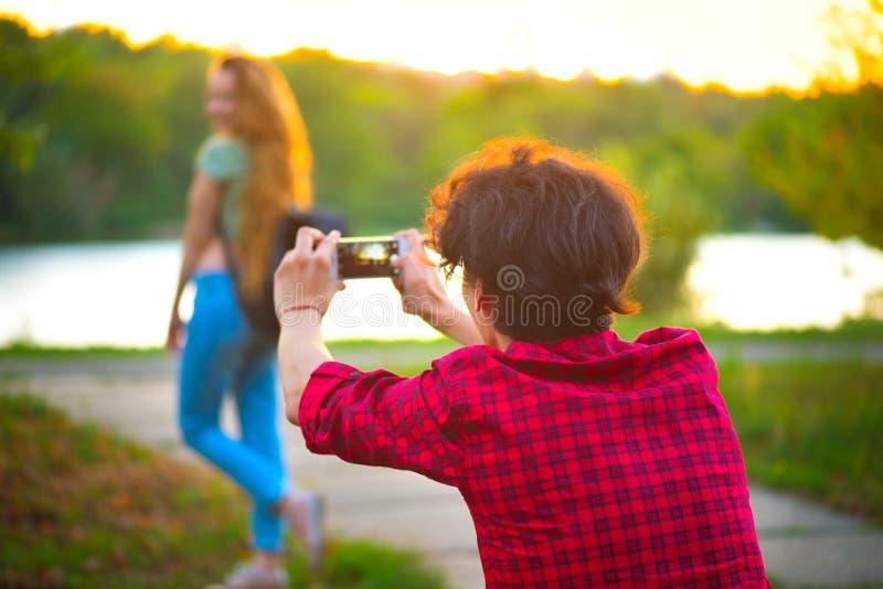 Chłopak bierze obrazki jego dziewczyna obrazy stock