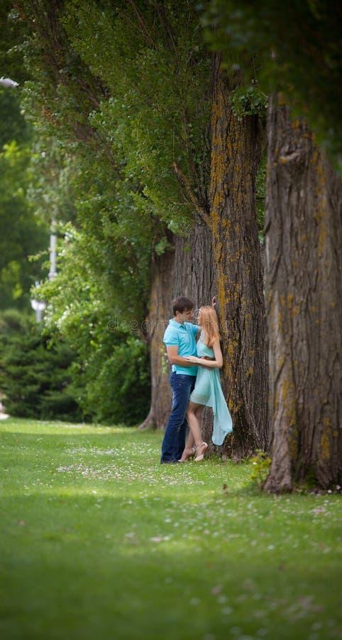 chłopak dziewczyny całowania ogrodowa story fotografia royalty free