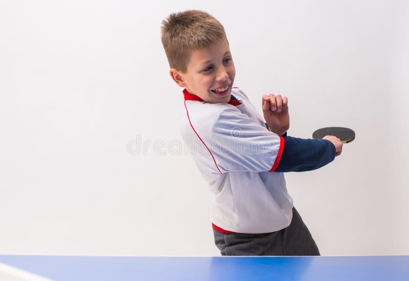 chłopak gra w tenisa stołowego obraz stock