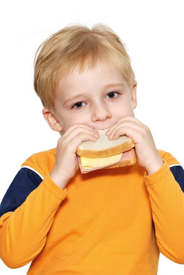 chłopak je zdrową małą kanapkę obraz stock