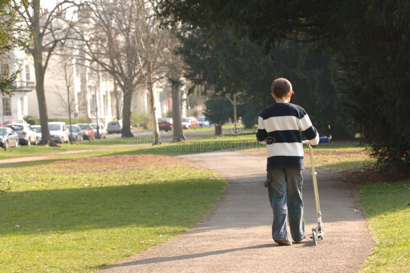 chłopak scooter dosunięcia zdjęcie stock