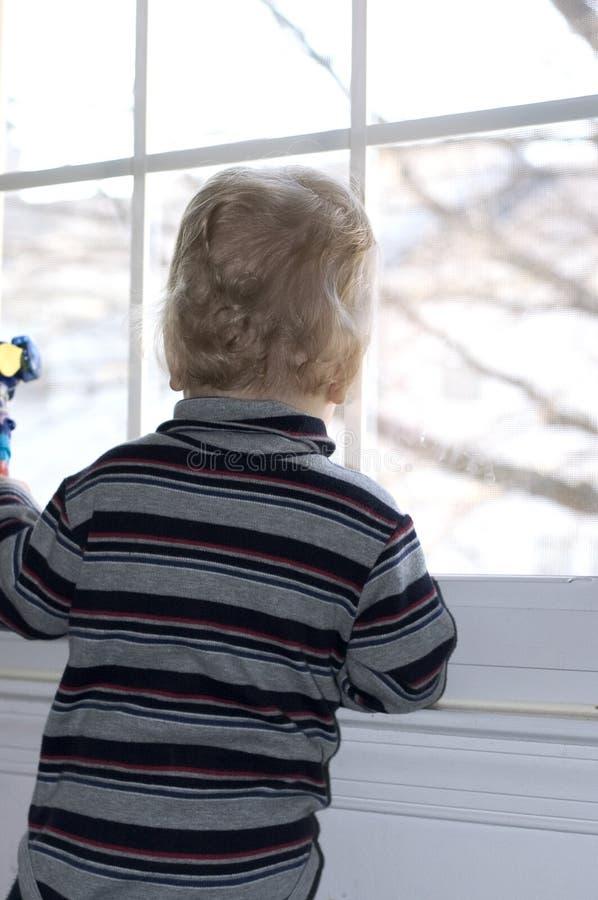 chłopak się przez okno obraz stock