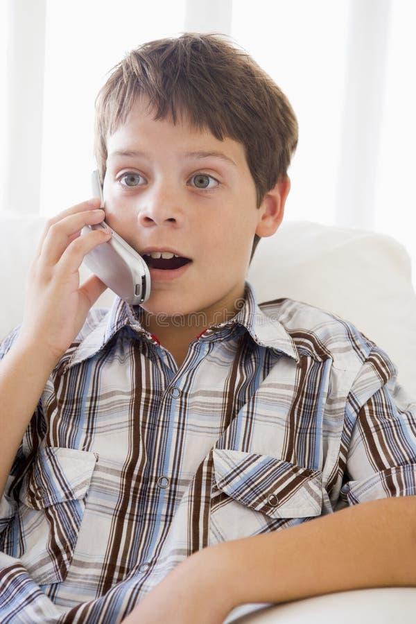 chłopak siedzi młody kanapy obrazy royalty free