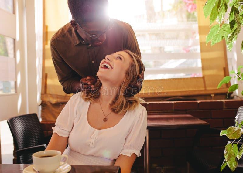 Chłopak zaskakuje jego dziewczyny przy kawiarnią obrazy royalty free