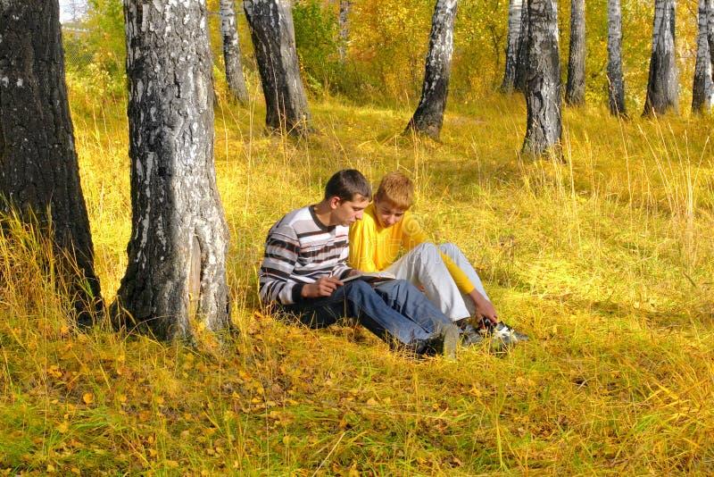 chłopcy czytać zdjęcia stock