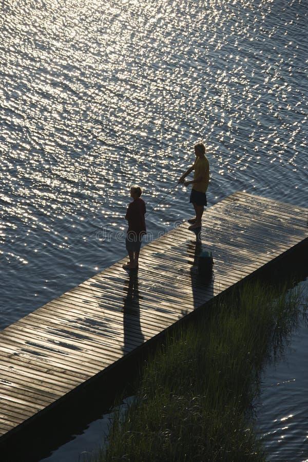 chłopcy doku połowów zdjęcia royalty free