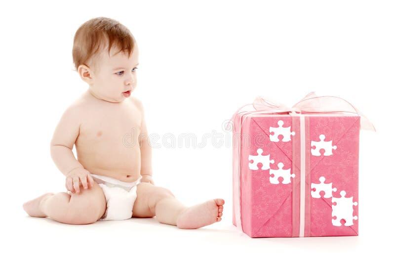 chłopcy dziecko wielka pudełkowata pieluch daru układanki zdjęcia royalty free