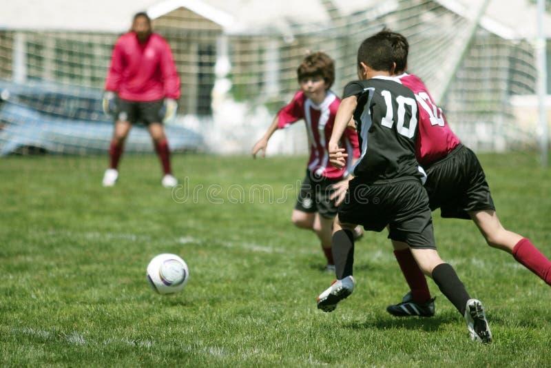 chłopcy grają w piłkę zdjęcie stock
