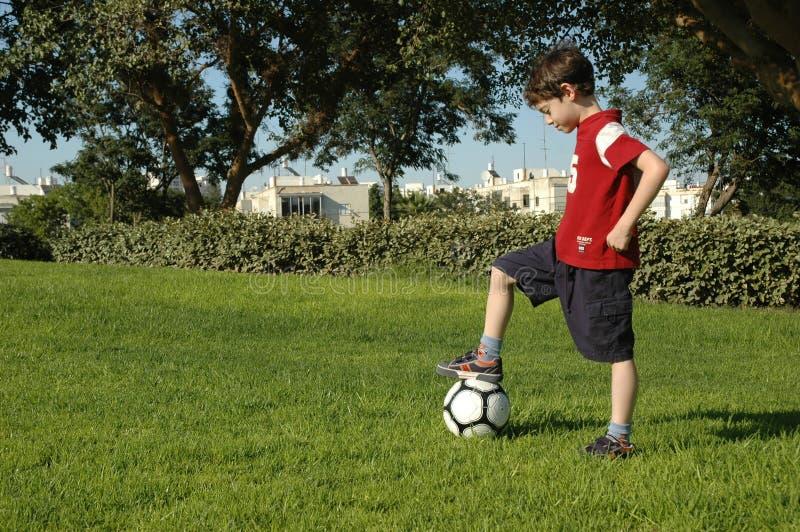 chłopcy piłkę fotografia stock