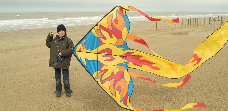 chłopcy plażowa jego mały latawca grać fotografia stock