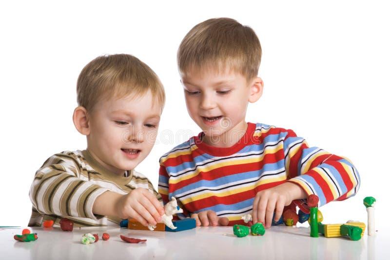 chłopcy pleśni plasteliny zabawki. obraz stock