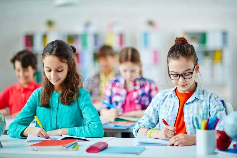 chłopcy podstawowych doskonałych dziewczyn procesu uczenia leniwa szkoły zdjęcie stock