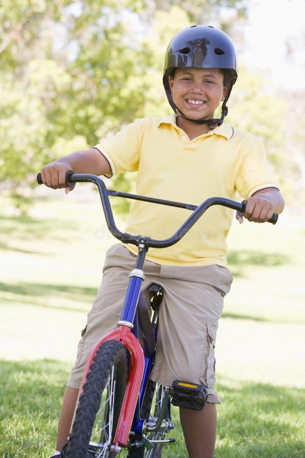 chłopcy rowerów na zewnątrz uśmiecha się młodo fotografia royalty free