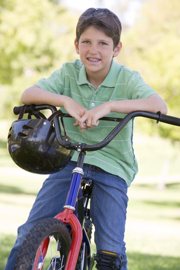 chłopcy rowerów na zewnątrz uśmiecha się młodo obraz royalty free