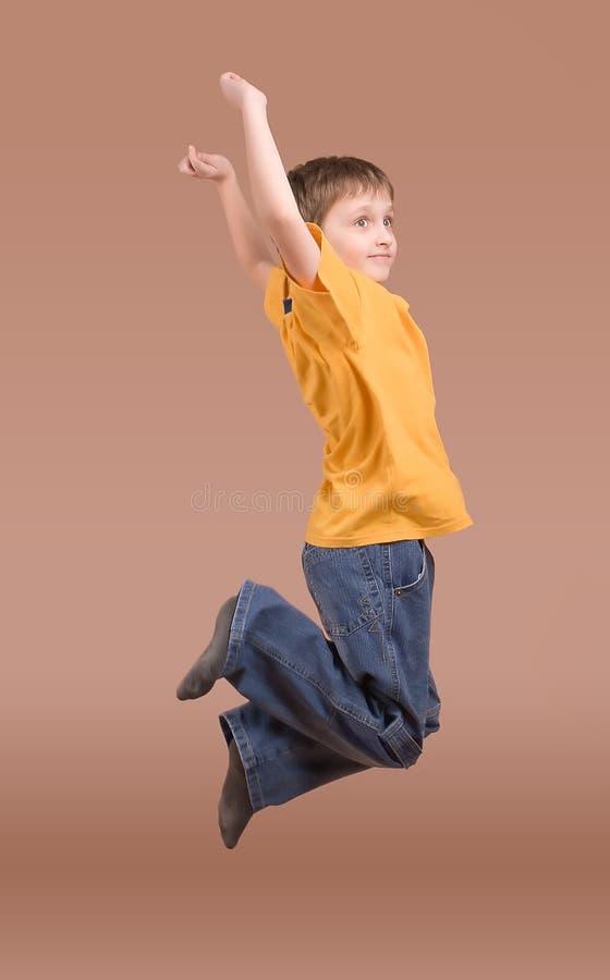 chłopcy skacze w górę młodych zdjęcia royalty free