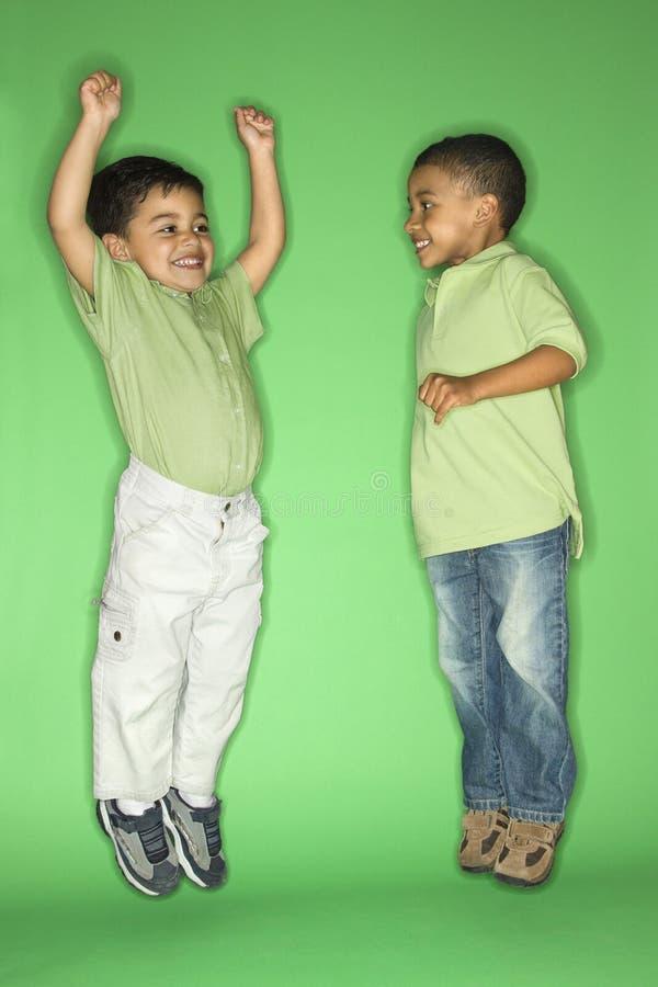 chłopcy skakać zdjęcia stock